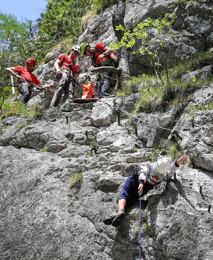 Bei einer Unfalldemonstration im Klettersteig zeigte die Bergrettung Ramsau anhand eines Dummys, welche fatalen Auswirkungen kleine Fehler beim Klettersteiggehen auf den menschlichen Körper haben können und wie zeitintensiv die Bergung eines Verunglückten ist (c)  Martin Huber